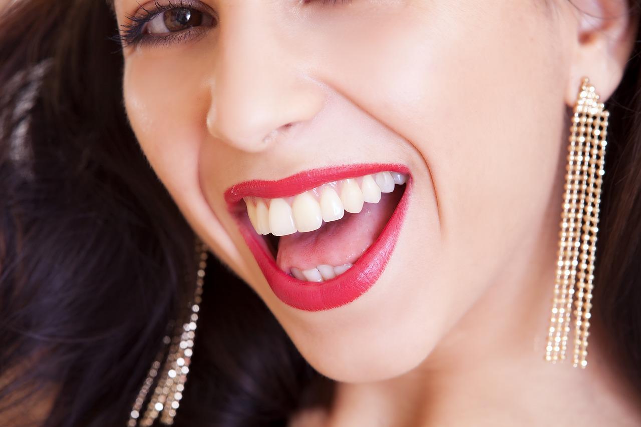 Czy wybielanie zębów lampą jest szkodliwe?
