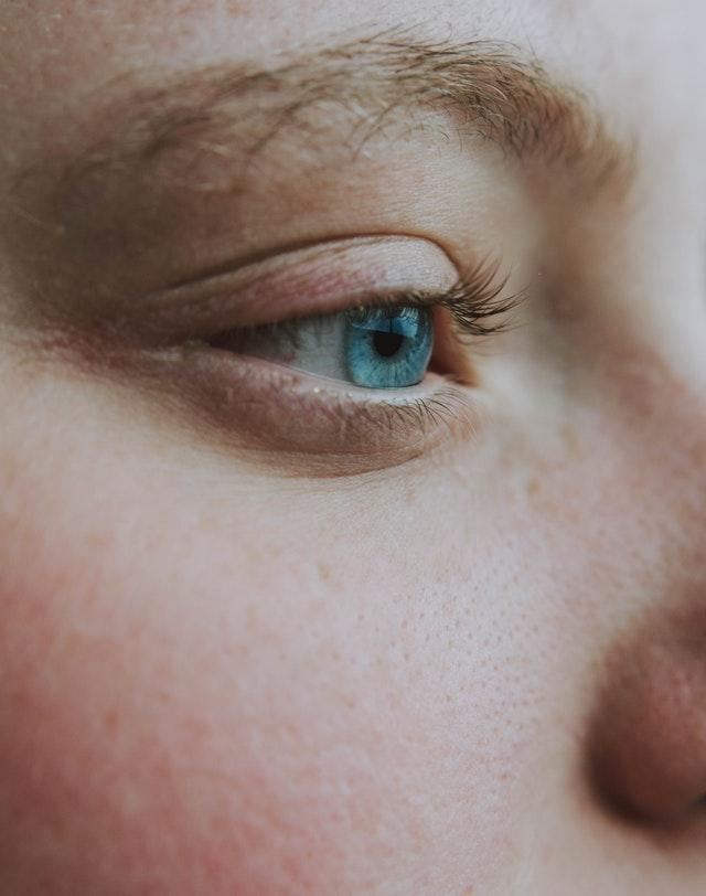 Zabiegi przeciwzmarszczkowe pod oczy i pielęgnacja tej delikatnej strefy